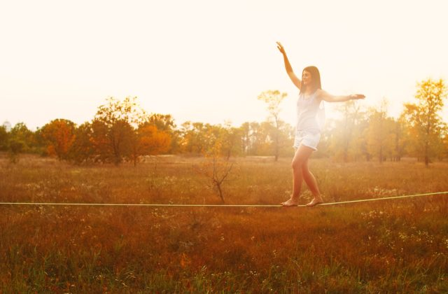 Jonge vrouw die balans vindt bij hormonale klachten